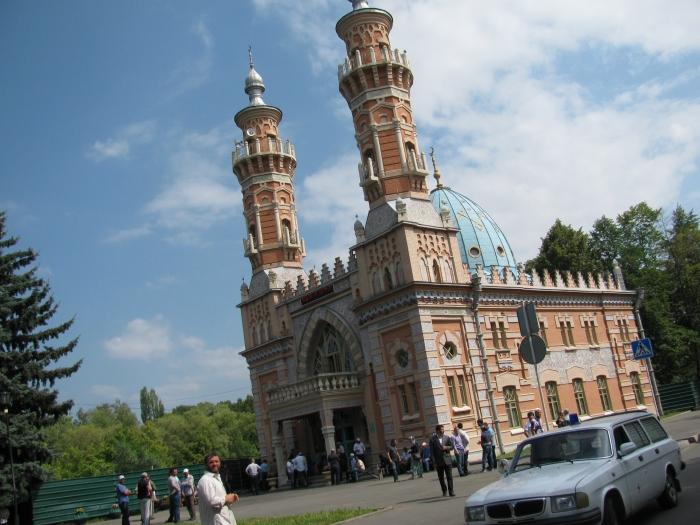 Viladikavkaz'da bir cami  (sanırım cenaze töreni var)