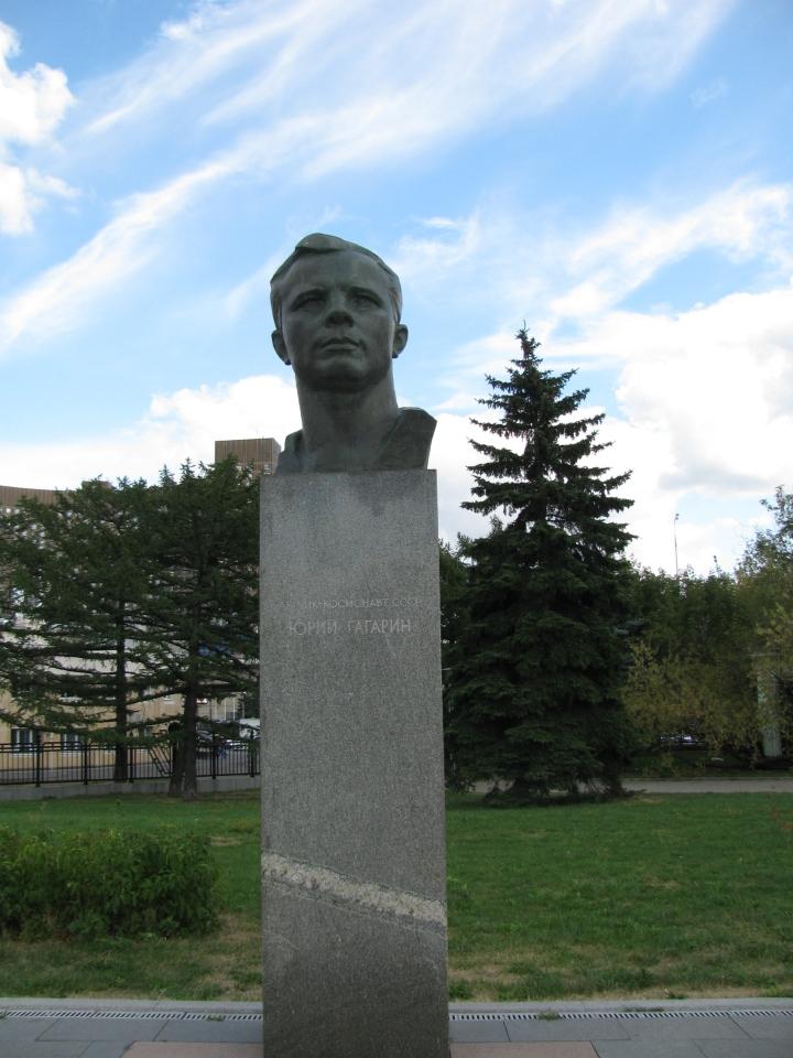 Yury Gagarin (Rusların uzaya gönderdiği ilk astronot)