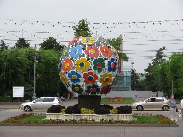 Şehrin tek renkli heykeli