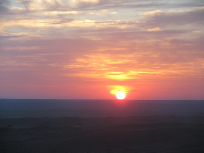 Gobi çölünde gündoğarken