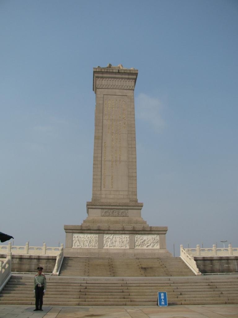 Mao'nun önündeki anıt