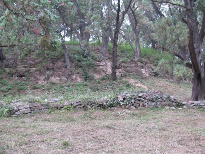 Bu küçük tepenin altında yaklaşık 30 metre derinliğinde mezar var