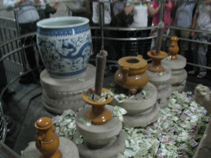 Çinliler her gördüğü yere para atıyor