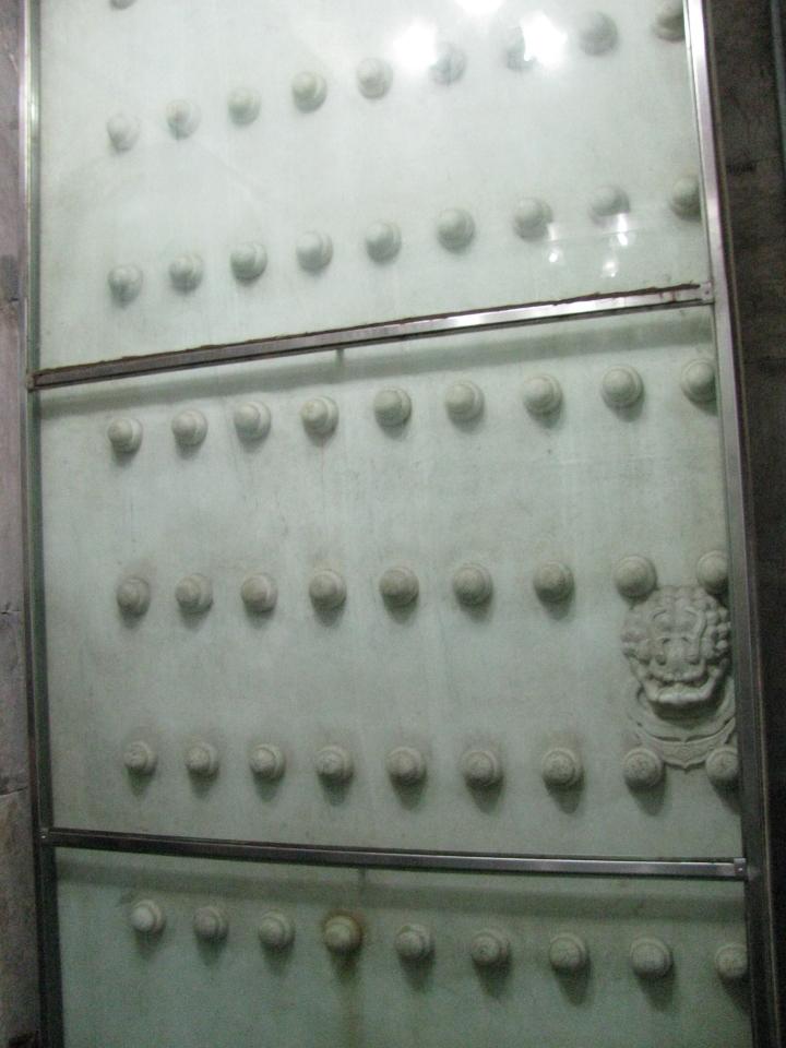 Çinlilere göre 9 uğurlu rakam olduğu için eski yeni bütün kapılar böyle. 9top yukardan aşağıya, 9 top sağdan sola