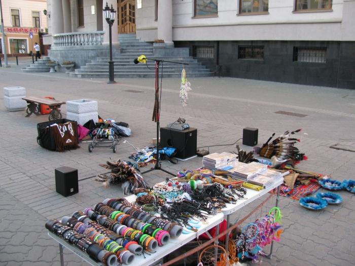 Bauman caddesinin çoğu yerinde müzik çalan kızılderililer