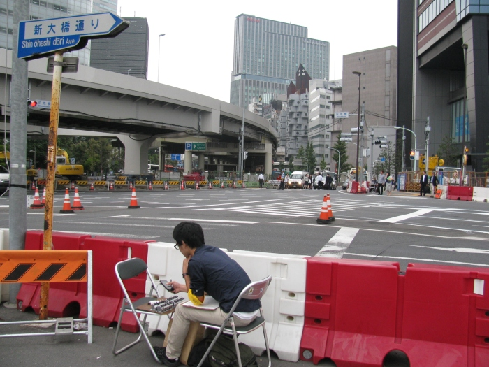 Buda yol kenarında geçen arabaları sayıyor