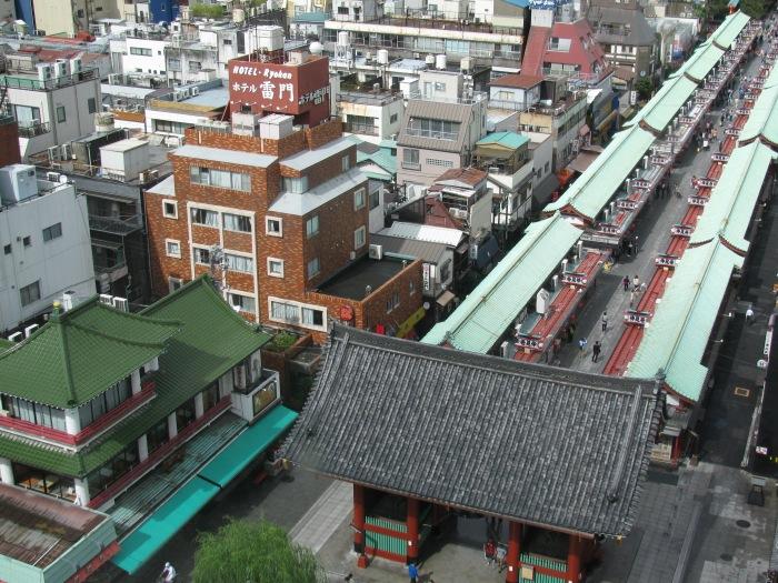 Aakusa (bizim otel soldaki kahverengi bina)