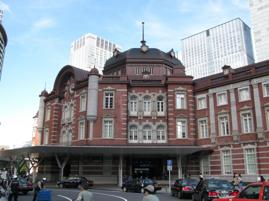 Tokyo tren istasyonu (gökdelenlerin arasında sıkışmış)