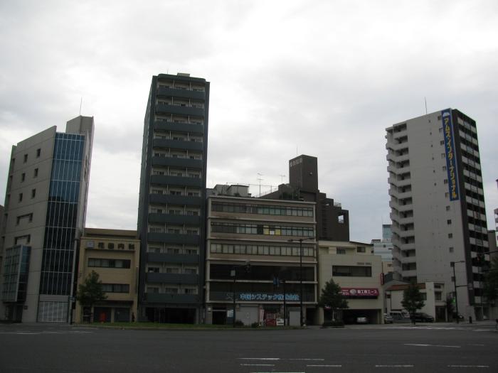 Ana cadde üzerindeki apartmanlar