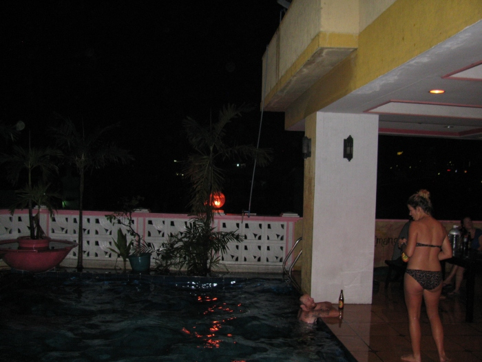 Gece havuz keyfi