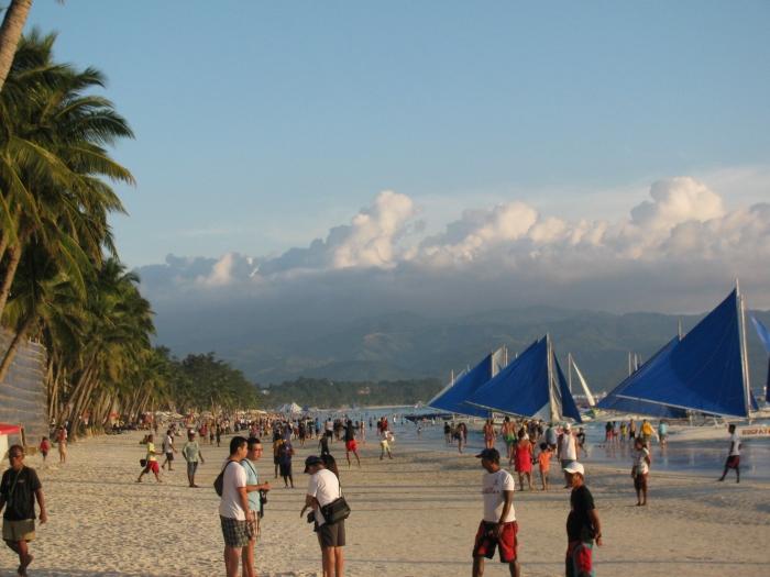 Güneş batarken plaj dolmaya başlıyor