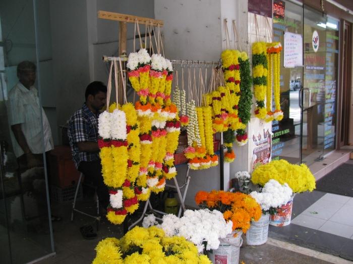 Hint mahallesinde çiçek kolyeleri