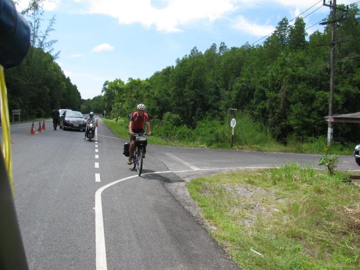 Bu da bisikleti ile ülke ülke geziyor
