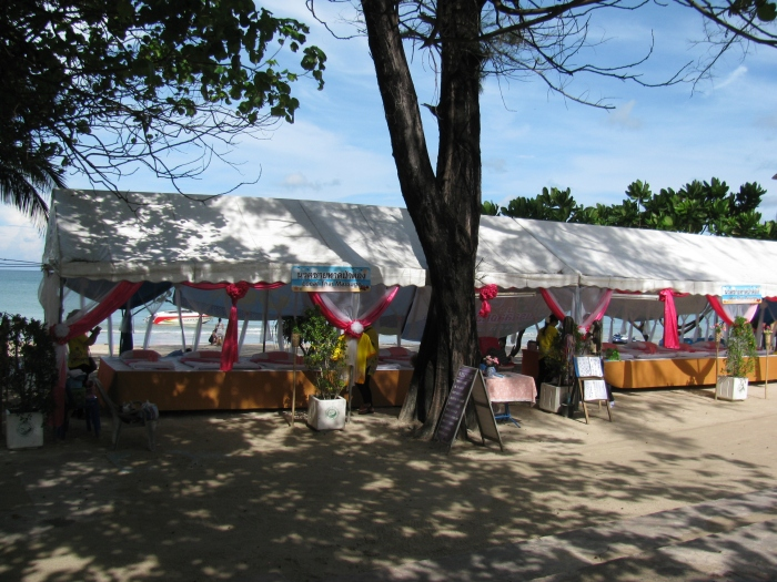 Plajdaki masaj salonu standı