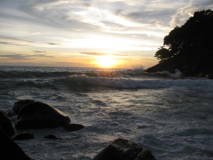 Gün batımında dalgalar