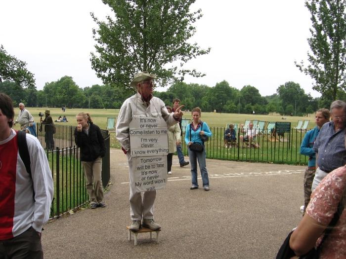 Hyde parkta konuşan bir konuşmacı