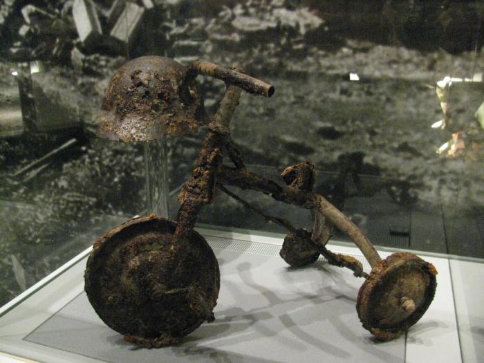 Hiroşima Barış Müzesindeki bir çocuk bisikleti