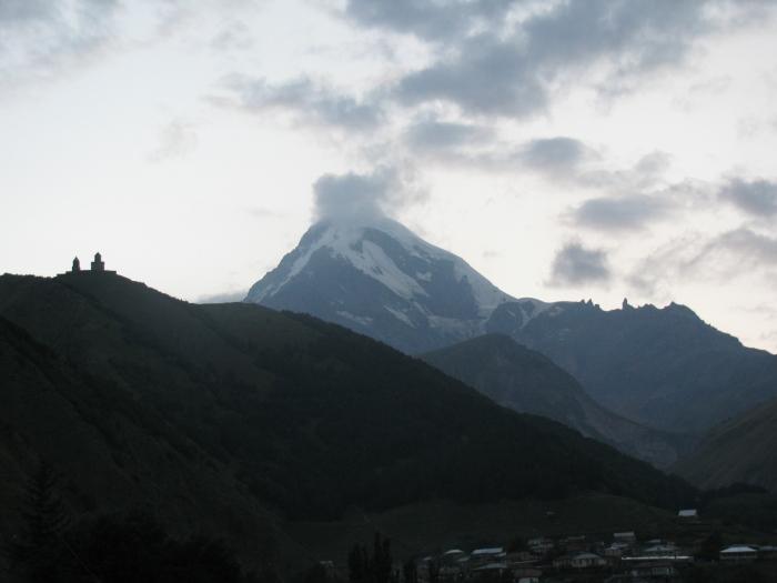 Gergety Trinity Kilisesi ve Kazbegi dağı