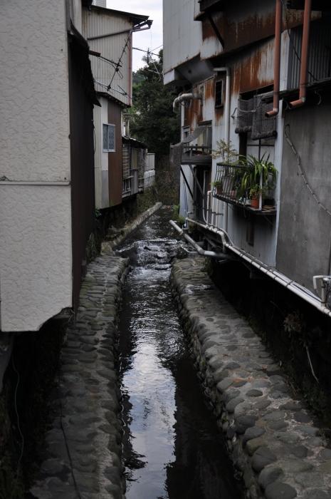 Japonya Kamakura'da iki ev arasından geçen su yolu