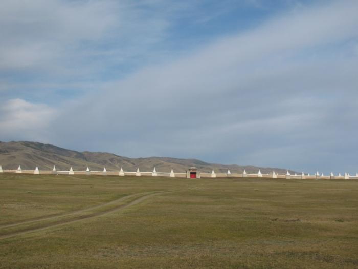 Moğolistan Karakurum'da Erdenezuu tapınağına giden yol