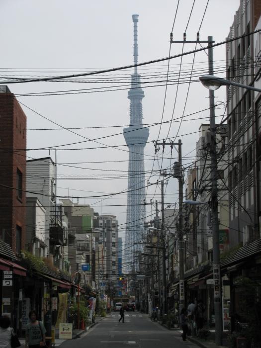 Japonya Tokyo'da Sky Tree Tower manzaralı yol