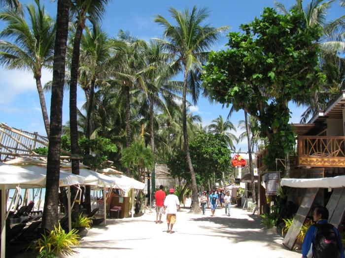 Filipinler Boracay adasındaki sahil yolu