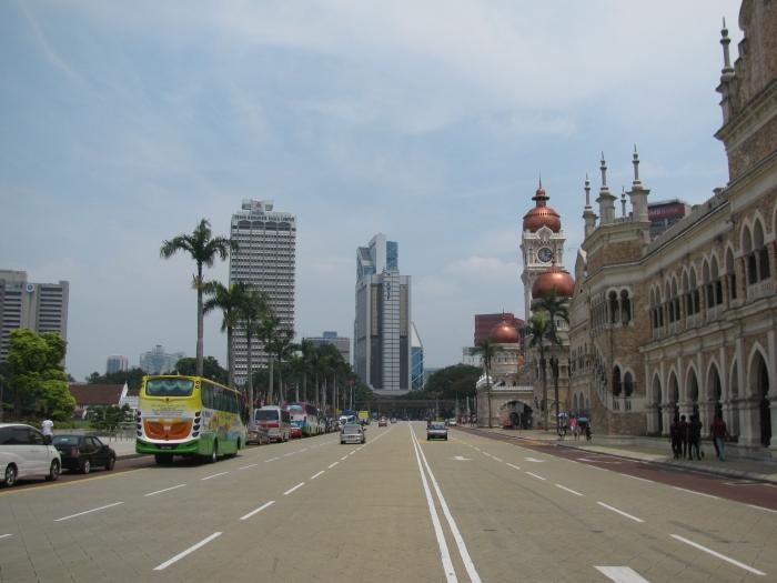 Malezya'da Merdeka Meydanındaki Sultan Abdul Samad Binası önündeki yol