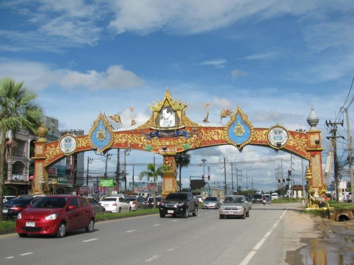 Tayland Phuket adasında Kraliyet tagı ile süslenmiş karayolu