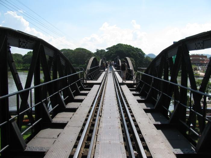 Tayland Bangkok'da Kwai köprüsü üzerindeki demiryolu