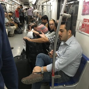 Metroda kadın erkek karışık